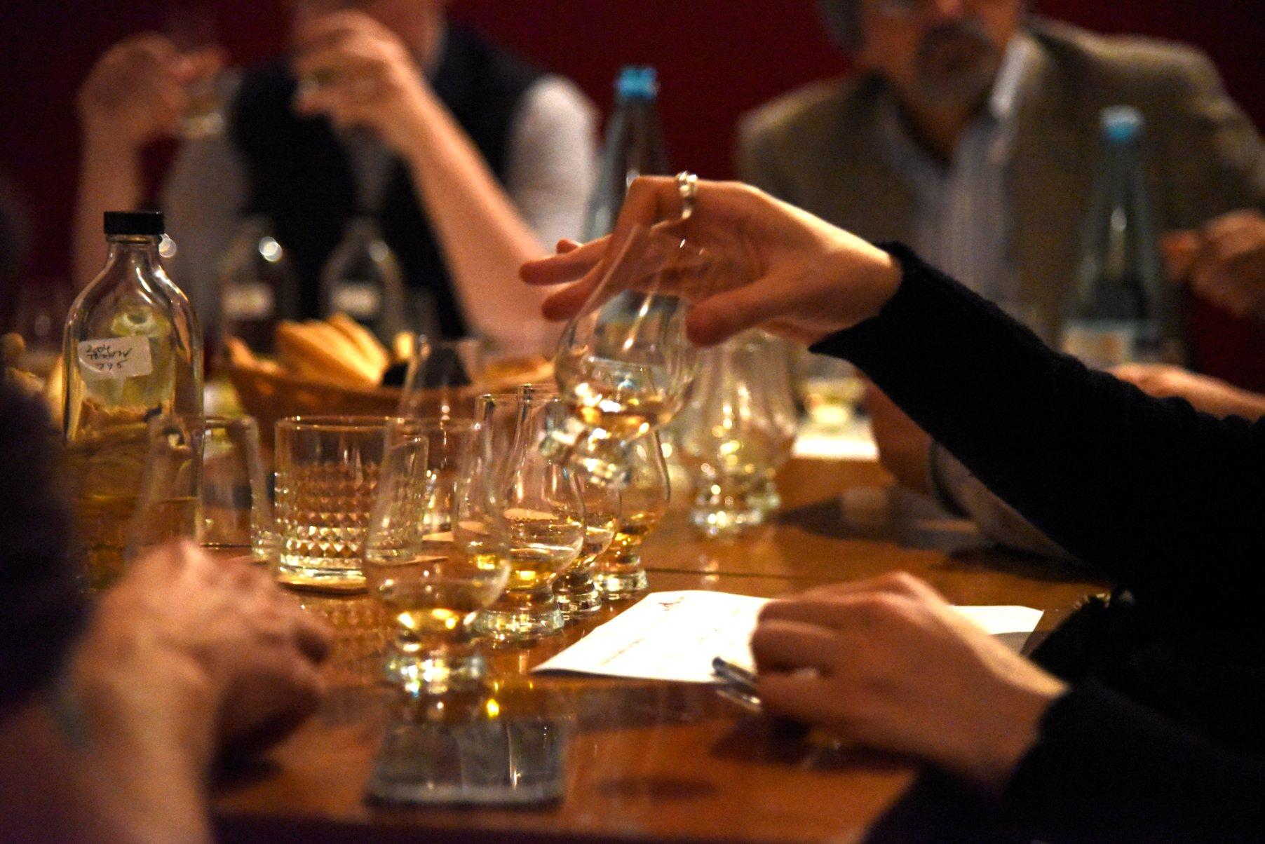 Giacomo assaggia uno dei whisky