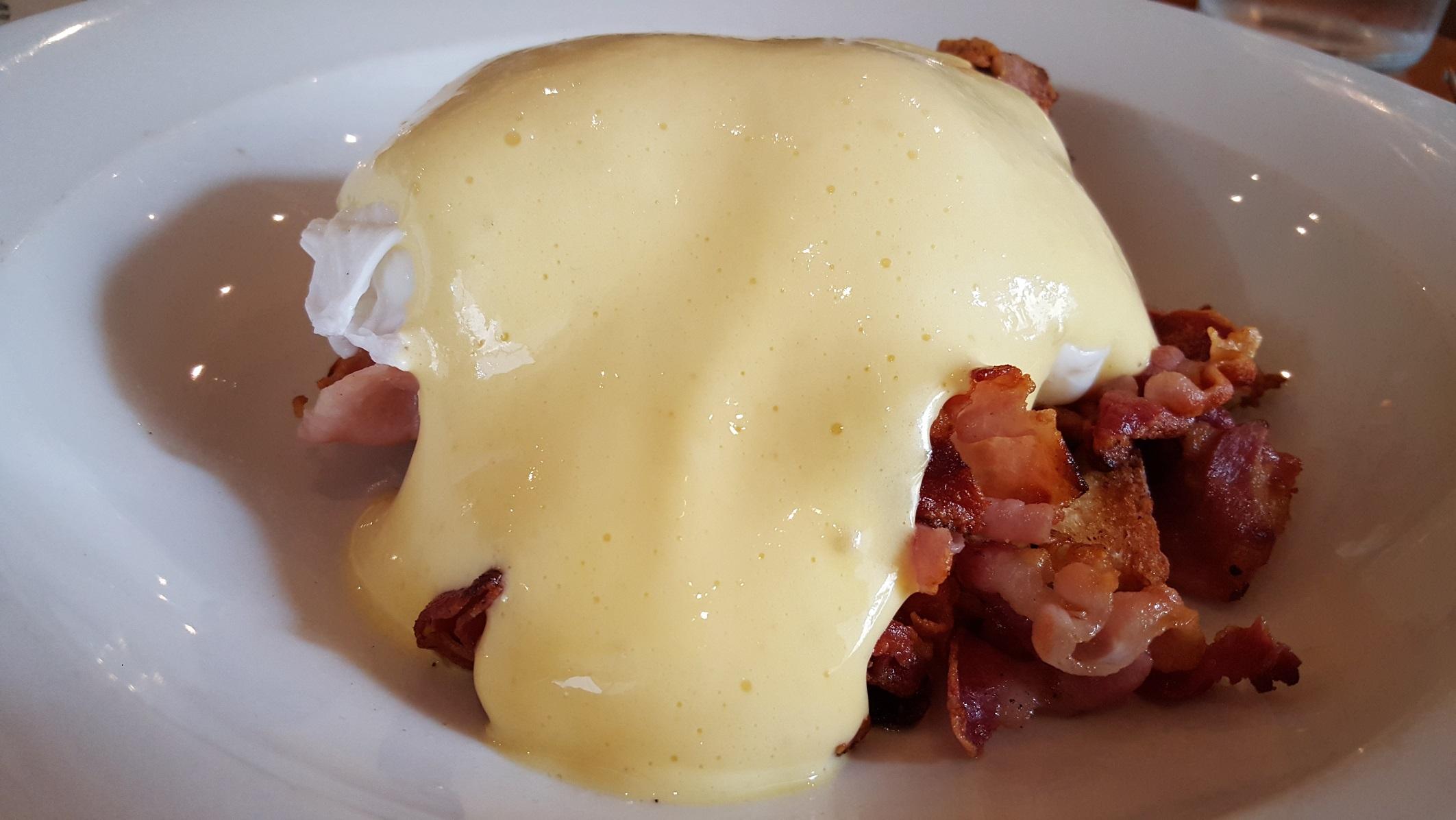 Eggs benedict con pancetta