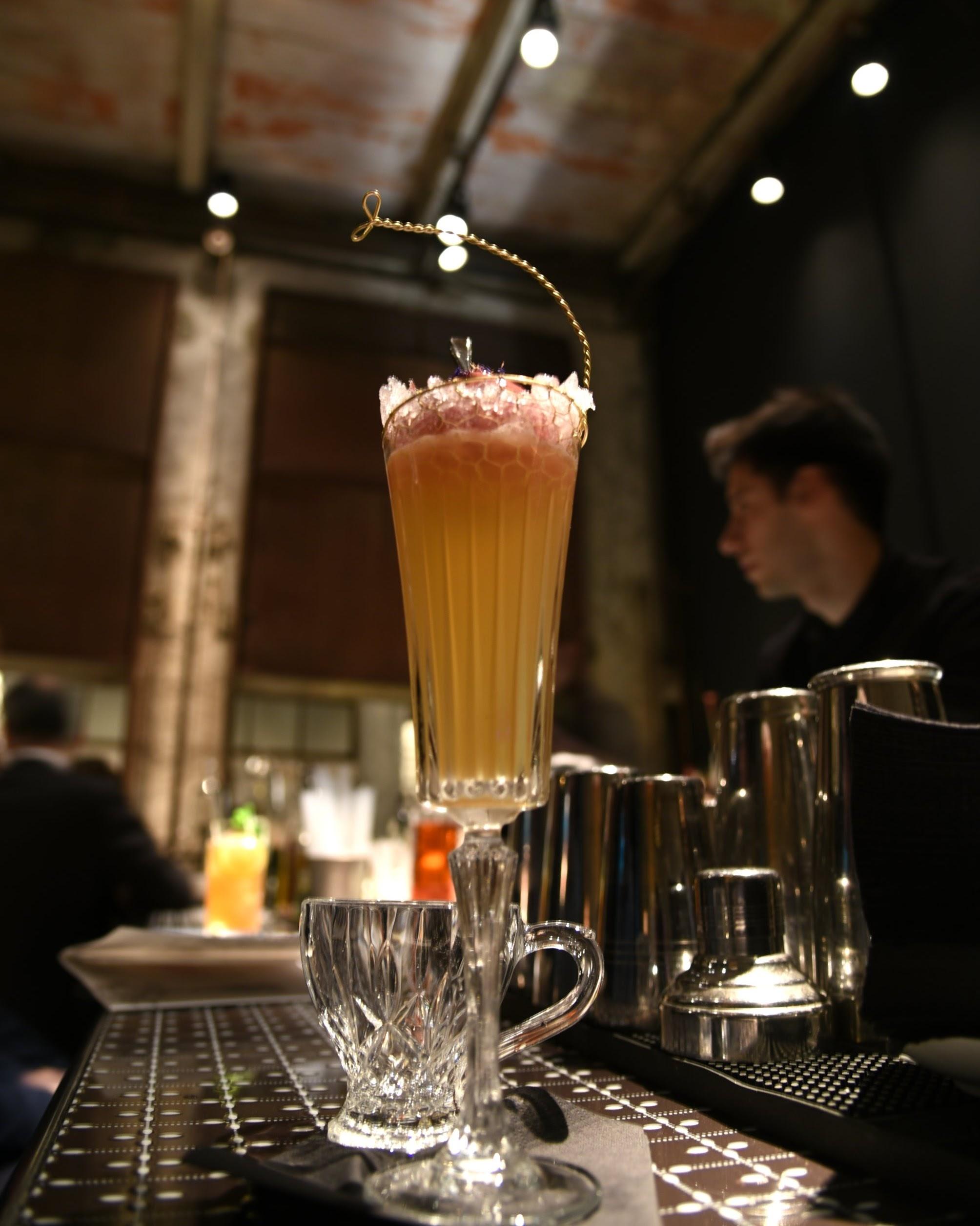 Luca con il cocktail Forget to Play (vodka infusa con i funghi, Grand Marnier, prosecco, sorbetto ai lamponi)