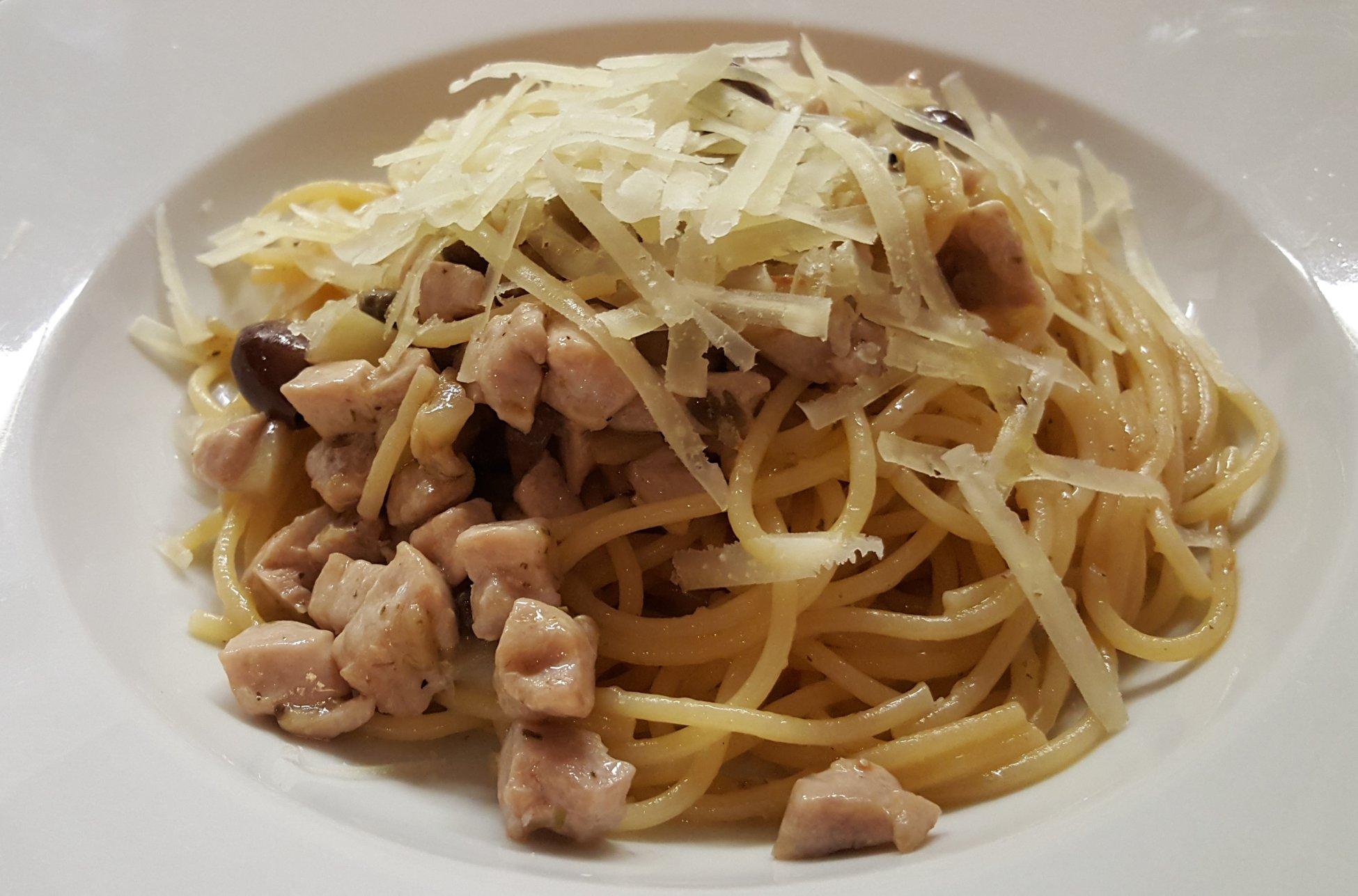 Spaghetti di kamut con tonno fresco, melanzane, capperi, olive taggiasche e pecorino -