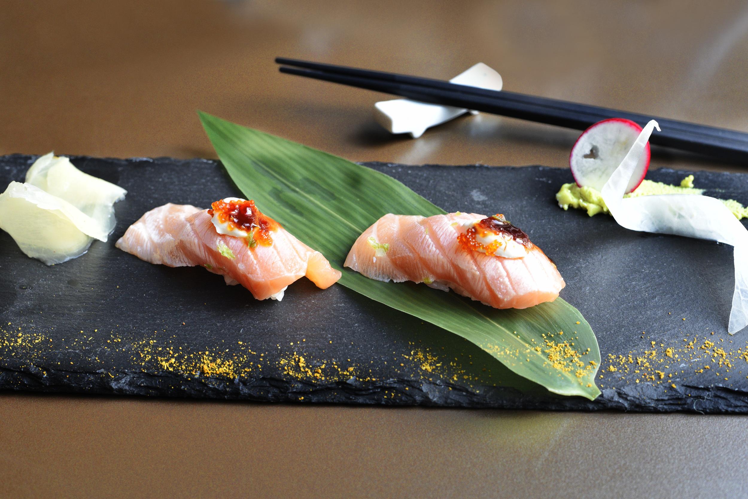 Nigiri Speciale con Salmone Toro, Philadelphia, erba cipollina, tobiko e salsa teriyaki