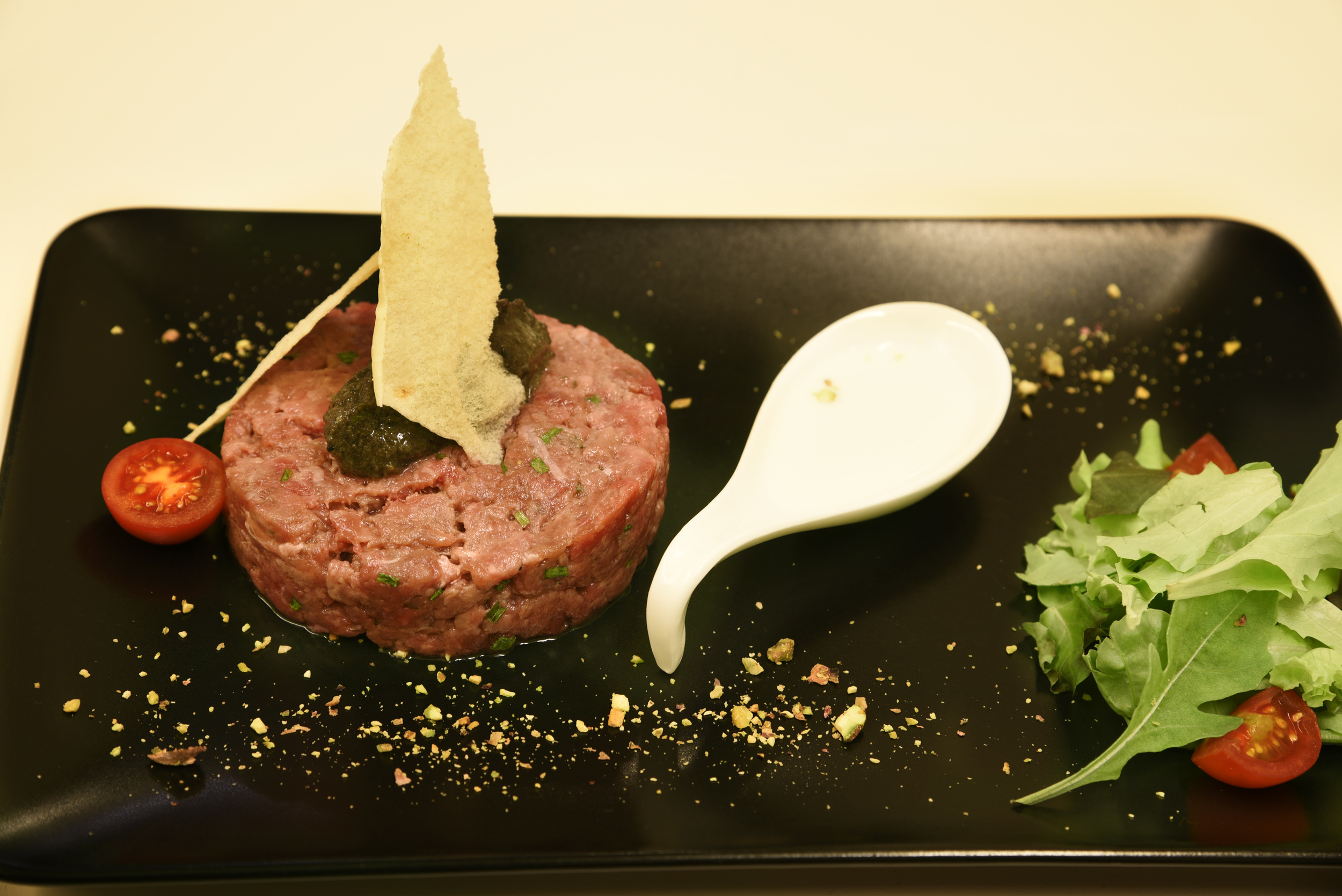 "Tartare ""Jay"": carne di razza Fassona, crema di parmigiano, tartufo nero, pane carasau"