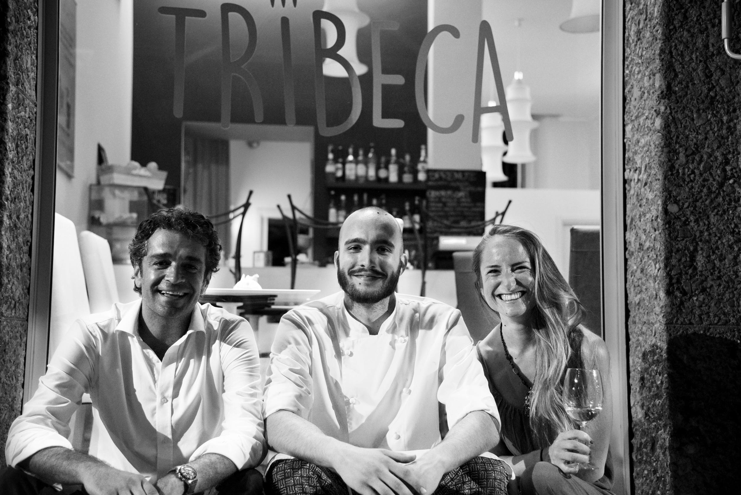 Filippo, Matteo e Giovanna davanti al Tribeca, un locale molto simpatico creato da Enrica Moro