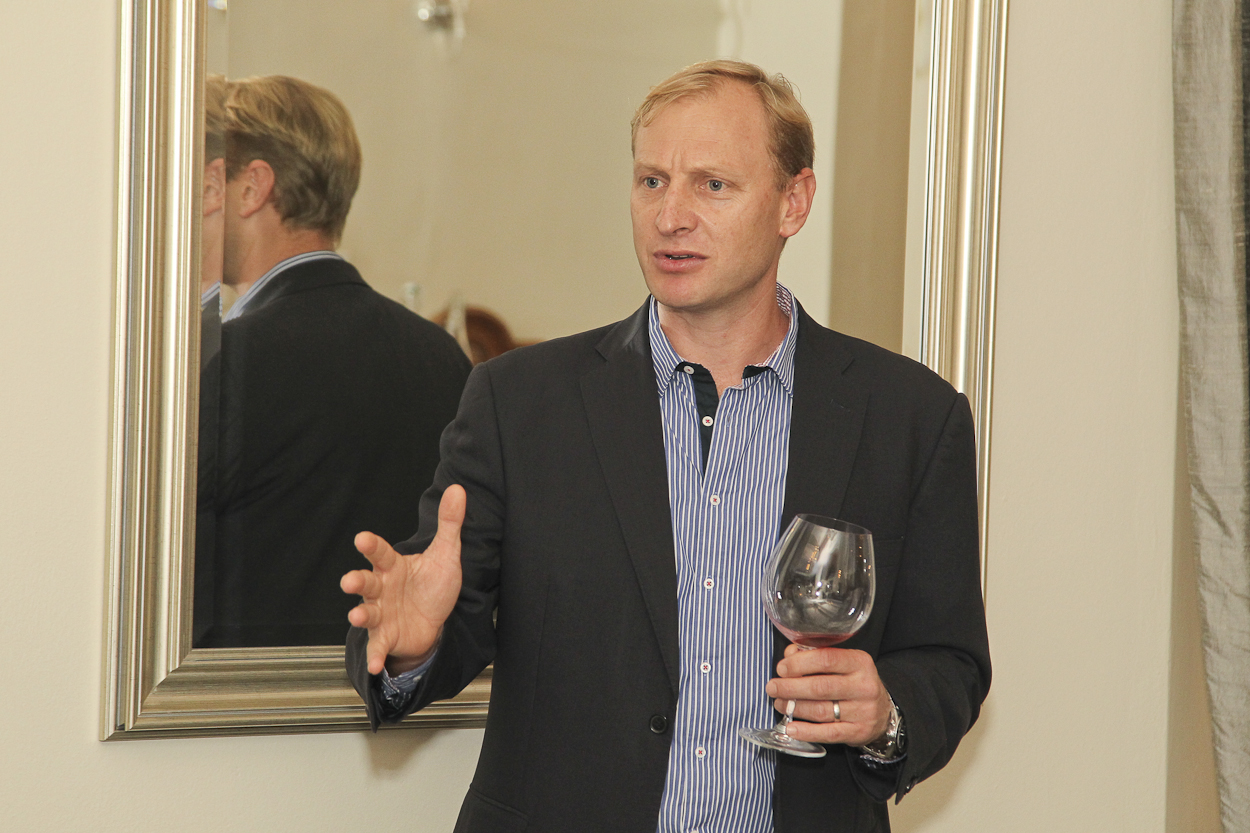 Paul Cluver explains his wines (photo Gavin Withers)