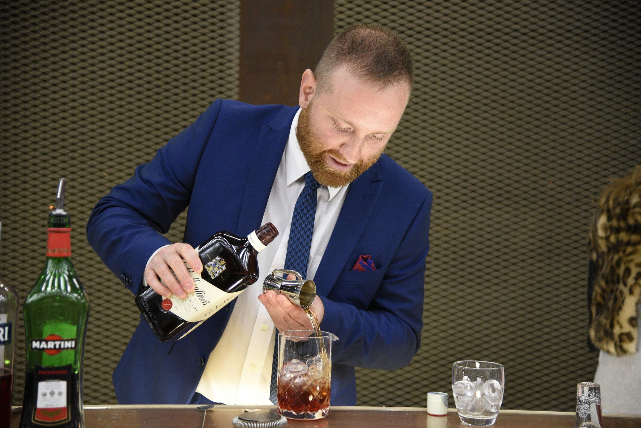Luca versa il whisky nel mixing glass (foto Toney)