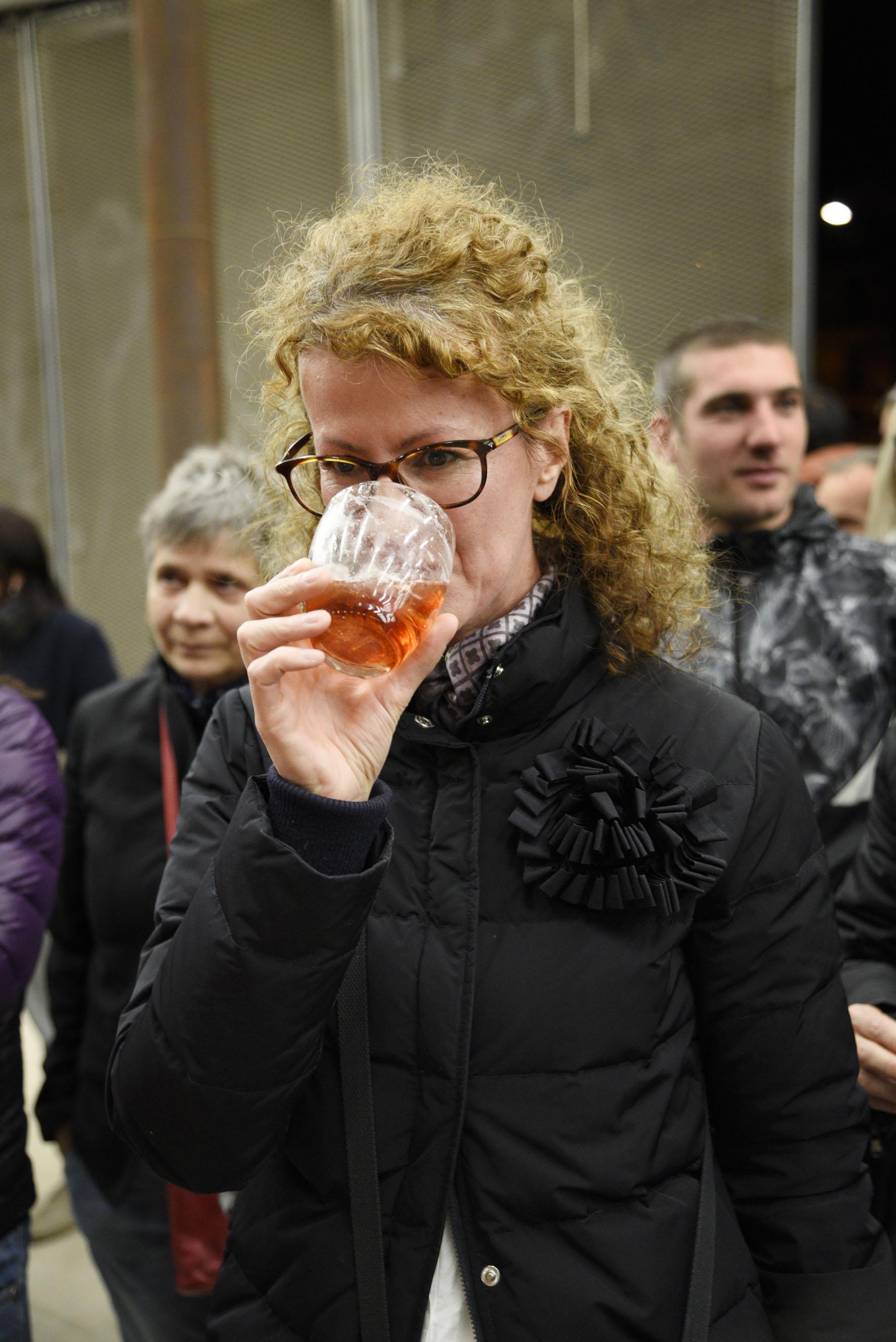 Carmen prova il drink (foto Toney)