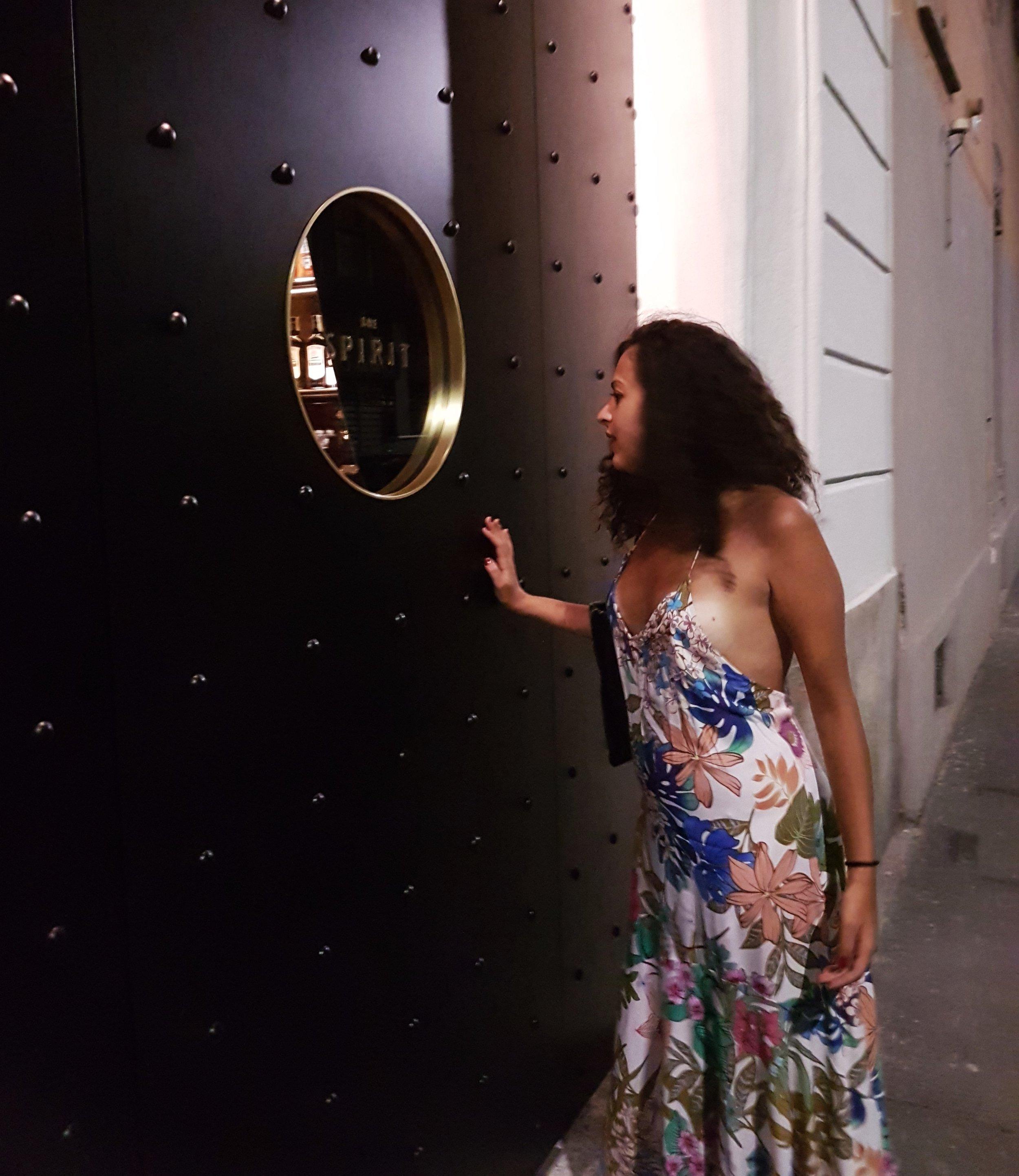 L'oblò in osa si nasconde nel locale. Ce n'è una sul retro (Via Passeroni) e l'altra sulla porta principale (Via Piacenza