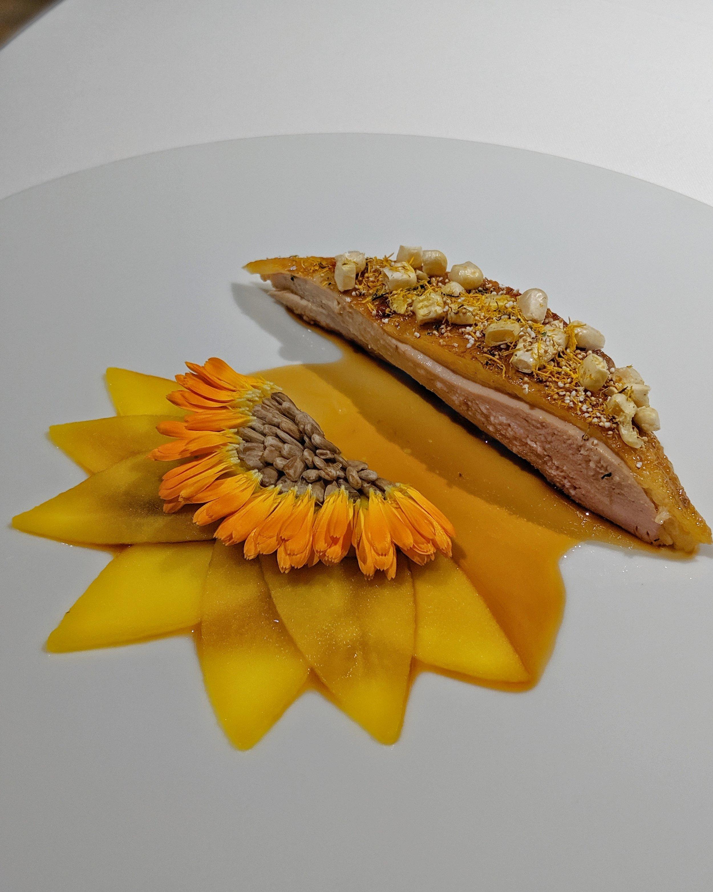 Faraona arrostita al fieno, fiori di tarassaco, popcorn di amaranto; royal di mais, semi di girasole, patate allo zafferano