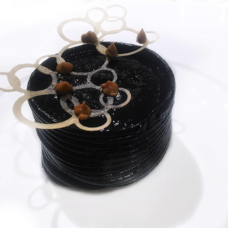 Cannellone di spaghetti Felicetti al nero di seppia, capasanta, spuma di patate, porri e cozze, caviale Naccari Calvisius, chips di corallo