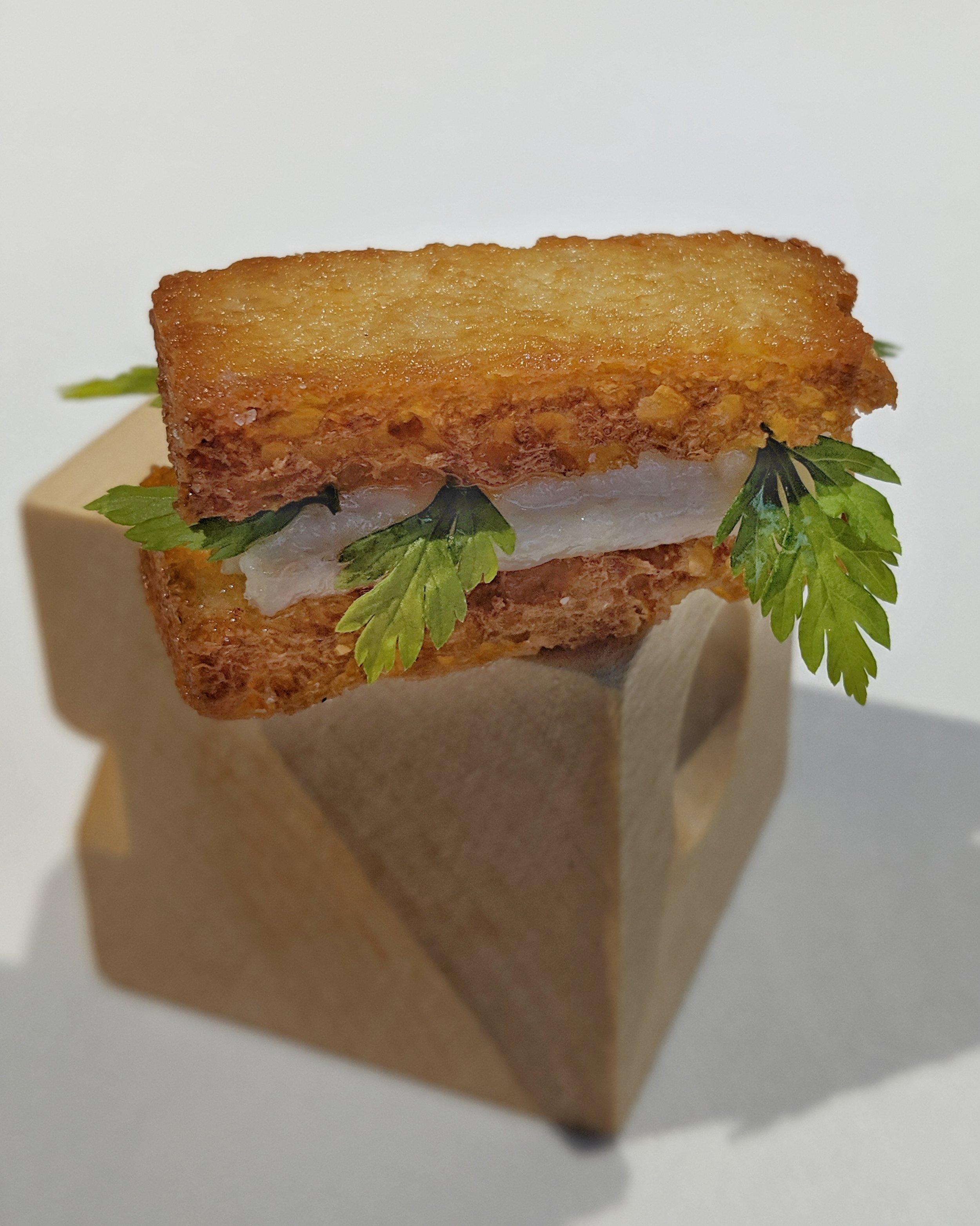 Panino fritto con anguilla, arancia e cerfoglio