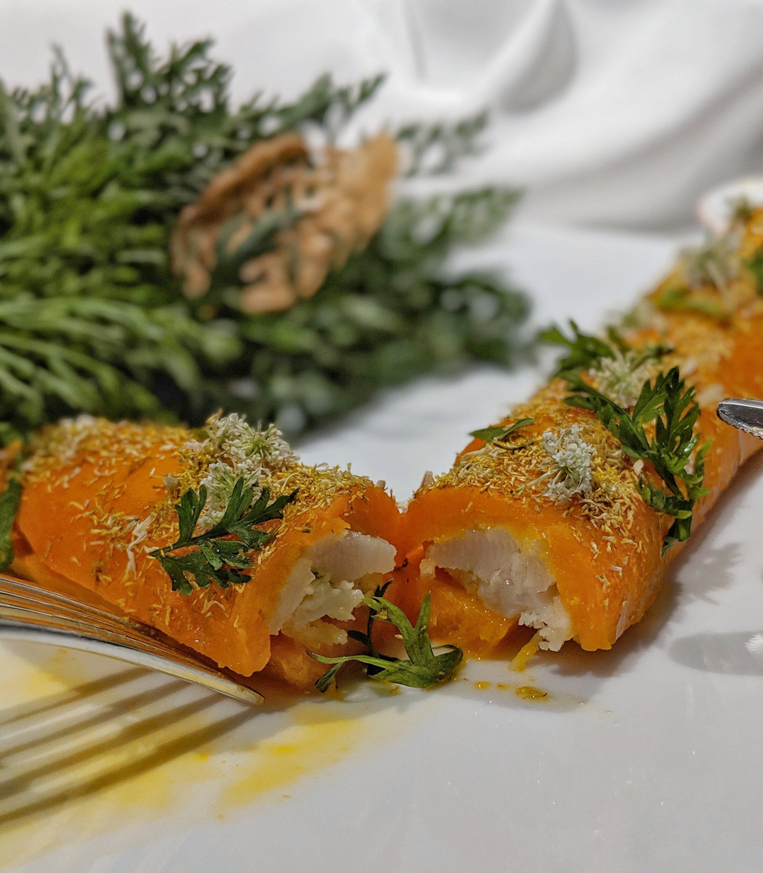 Carota all'arancia, fiori di camomilla e sambuco, lime; ripena di tartare di capasanta e cocco