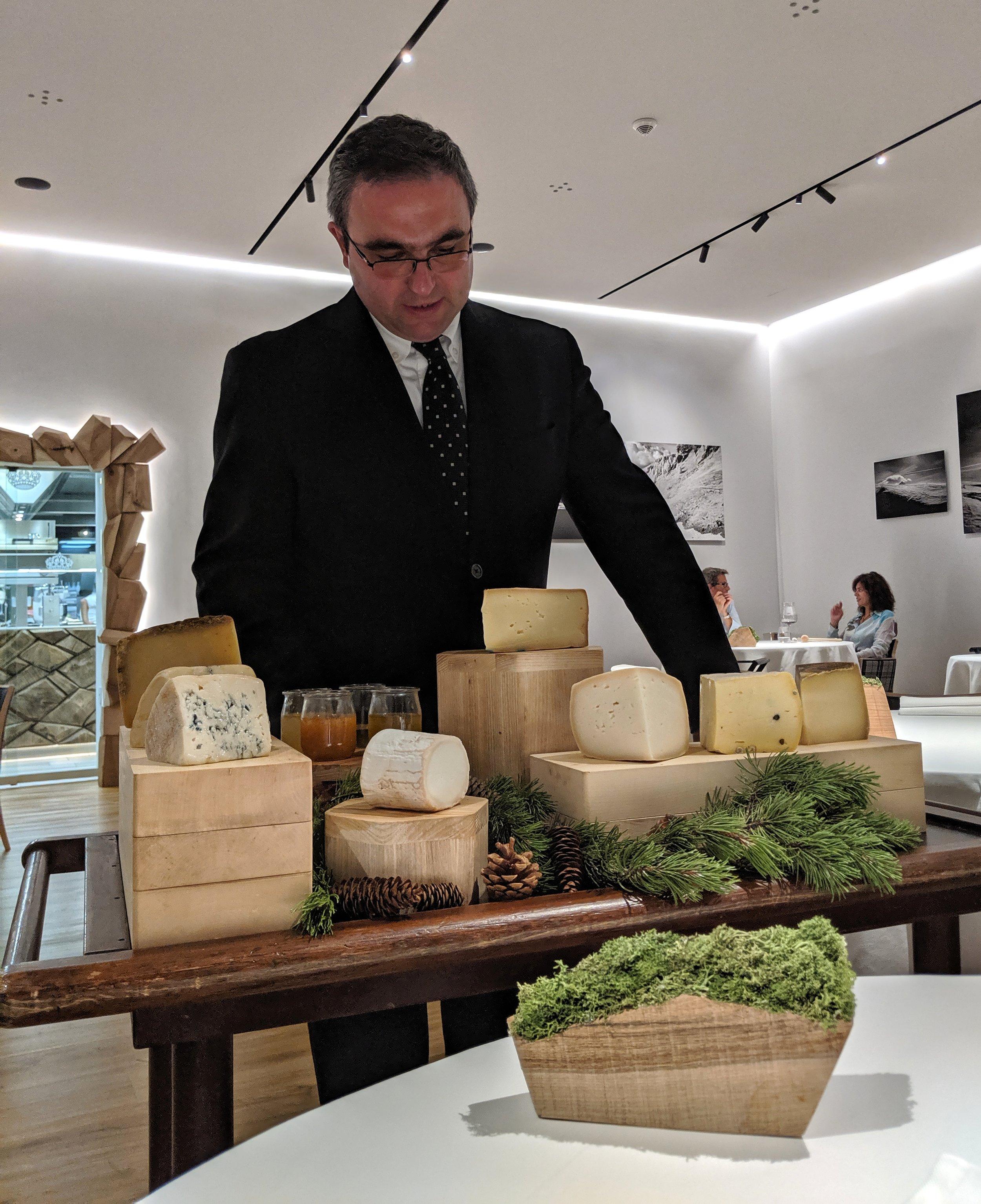 Giorgio Cortucci  con i formaggi del Petit Royal