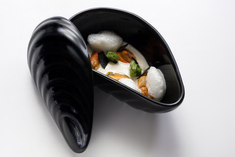 Cozze, cacio e pepe (foto Alessandro Ghirelli per Contraste)