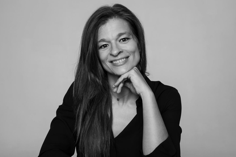 Kathy Pedro em estúdio, durante uma sessão de retrato.