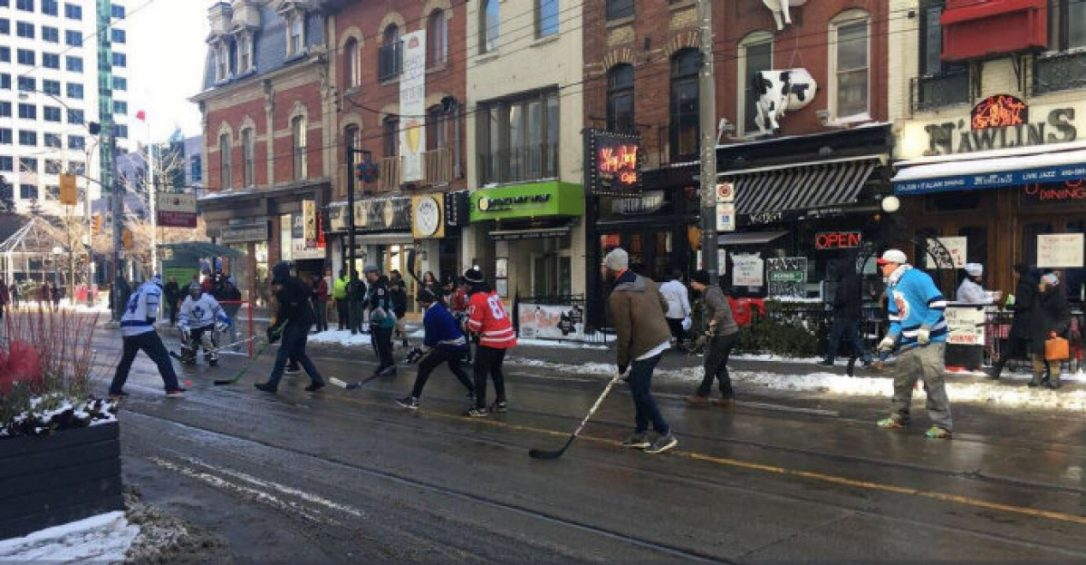 A road hockey game being played in Toronto during a winter afternoon on King St. City data shows the King St. Pilot project has had little impact on businesses.(BRIMBECOM, BARRY /STEPHANIEMAROTTA/TWITTER)