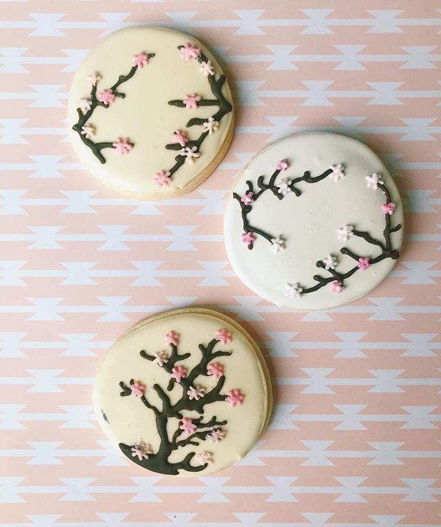 Celebrating the gorgeous cherry blossoms with these delicious cookies! 💻 Website: districtdesserts.com ✉️ Email: orders@districtdesserts.com
