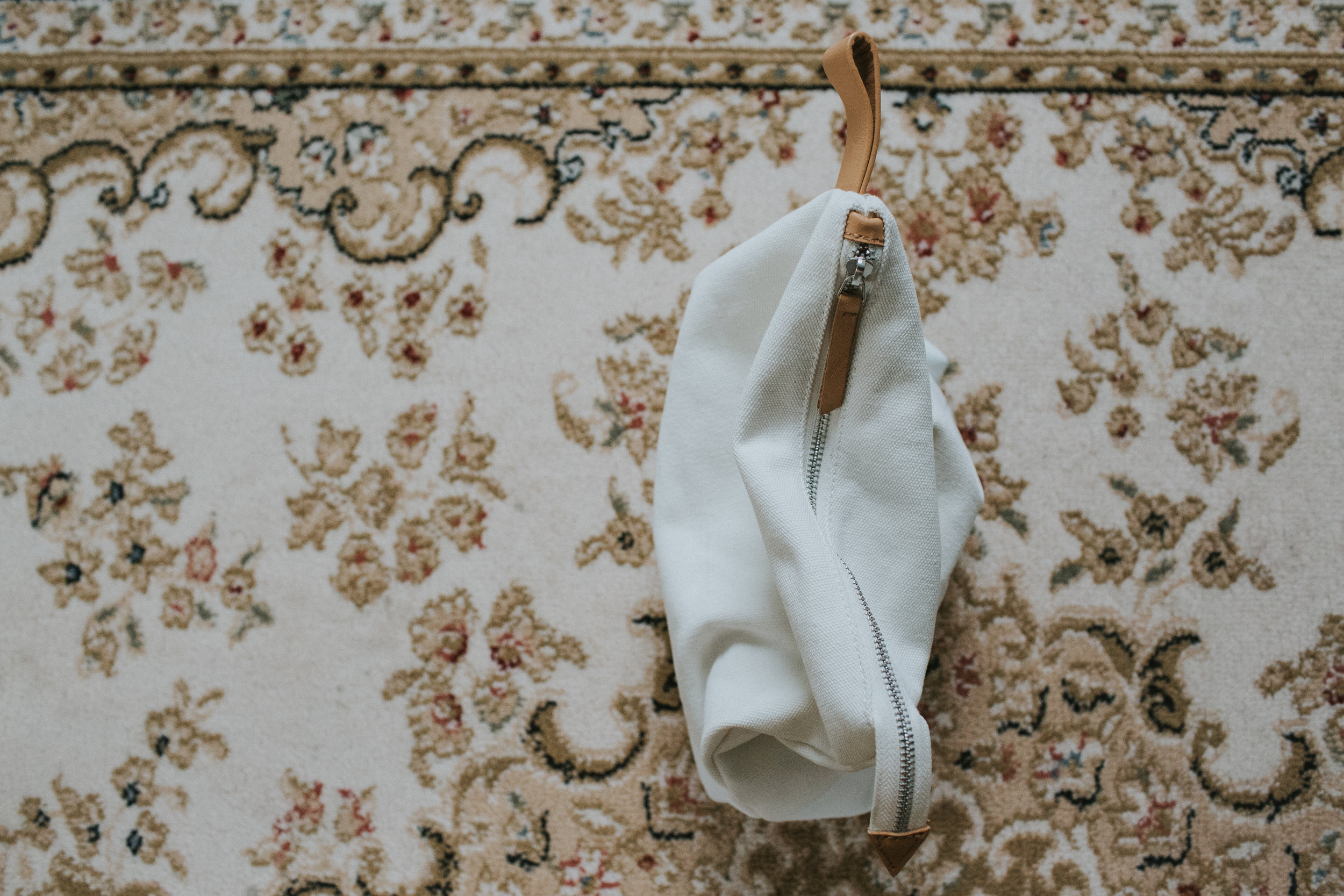 Packing a minimalist hospital bag full of comfort for a gentle birth experience. Eva-Maria Smith writes about motherhood, simplifying and slow-living on www.houseofsmilla.com/blog. Hospital gown / Home birth essentials / Hygge.