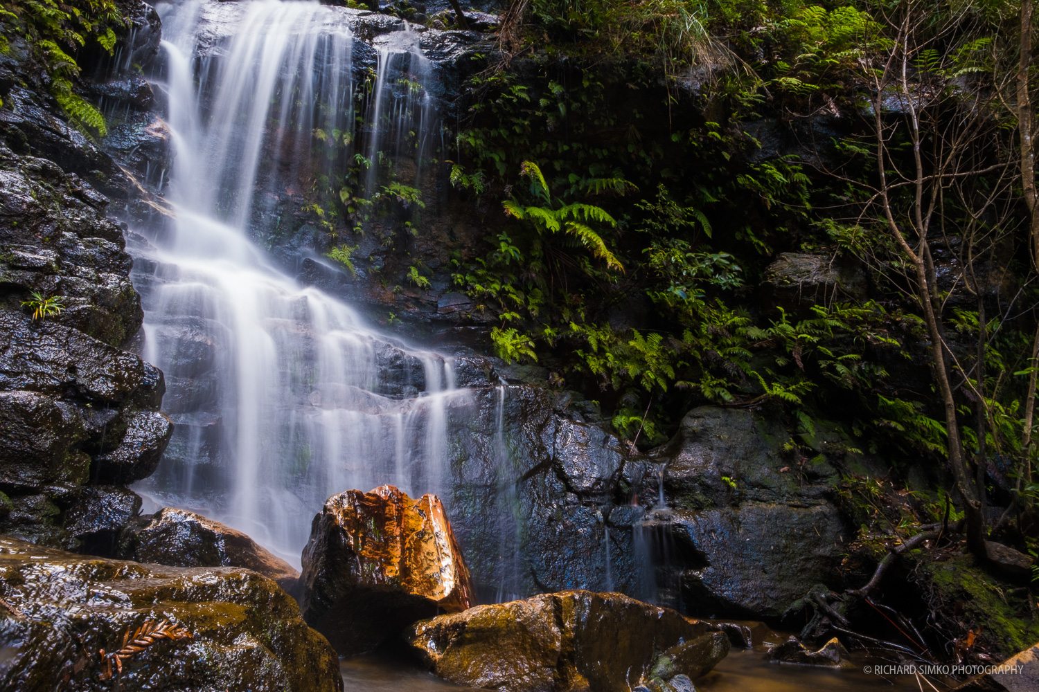 Smaller cascade with red rock at Wentworth Falls track.