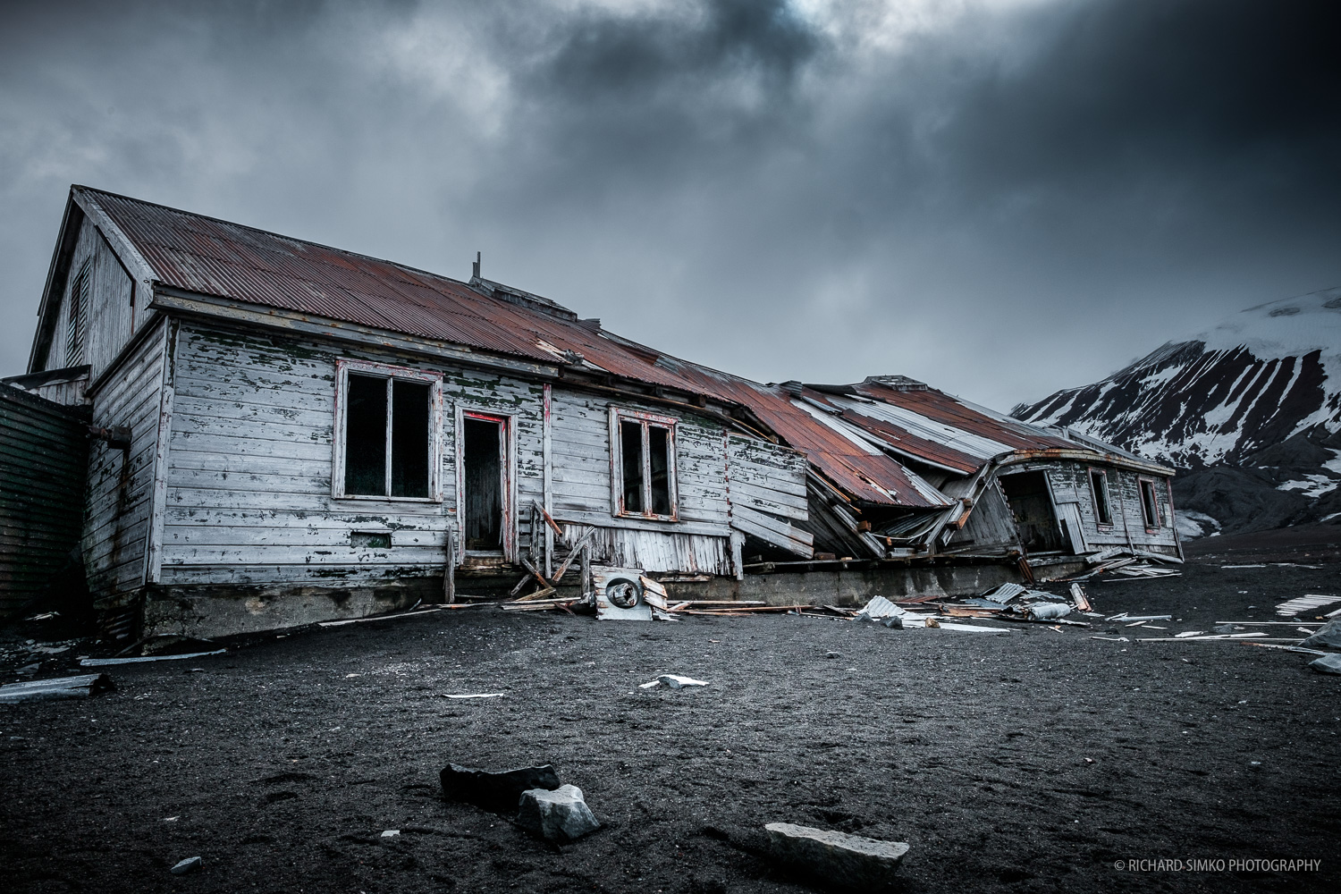 Remains of the house that whalers used to live in during the times when whaling was stil going on in Deception Island.