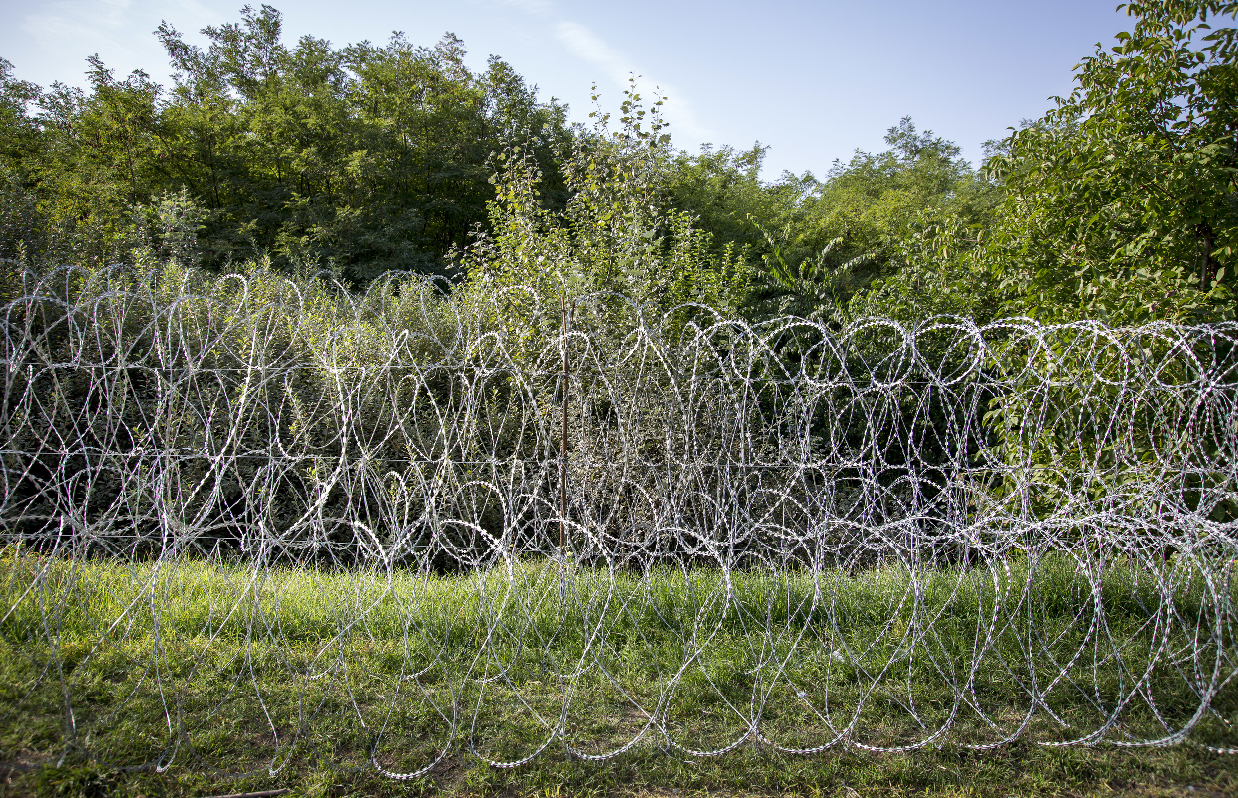 Closer to the official border crossing is only used barbed wire to keep refugees out.