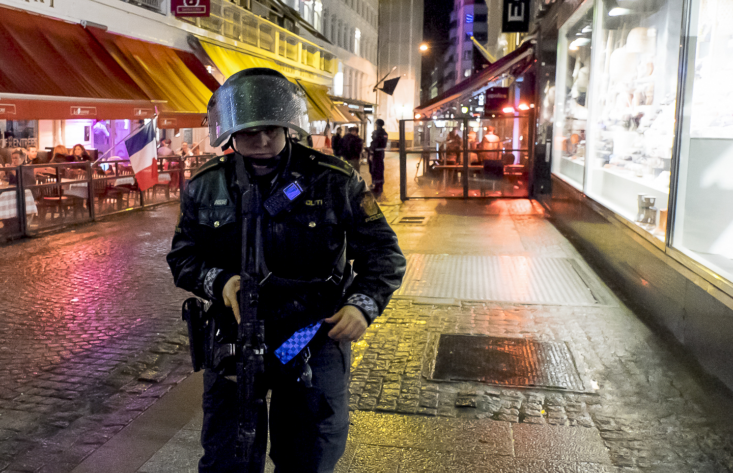 Heavy armed police after shooting at a bar in Oslo