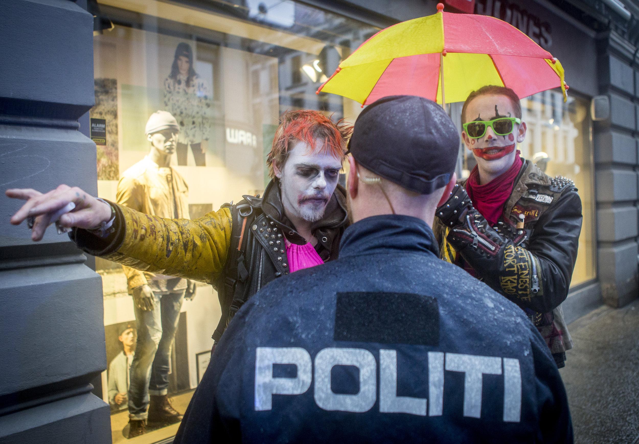 05-10977-Klovner og politi.jpg