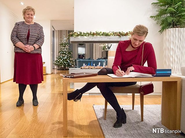 They do not agree on the way it should be done, but the tone was good when Prime Minister Erna Solberg and Chairman of ICAN Beatrice Fihn, who received the Peace Prize, met today. #NobelPeacePrize #ICAN #OnAssigment #NTBscanpix