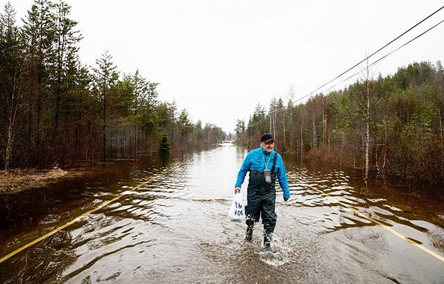 Rolf Hagen had to take a trip with food to a friend who lived on the other side of a flooded road in Trysil. #OnAssigment @vgfoto #Trysil #flood