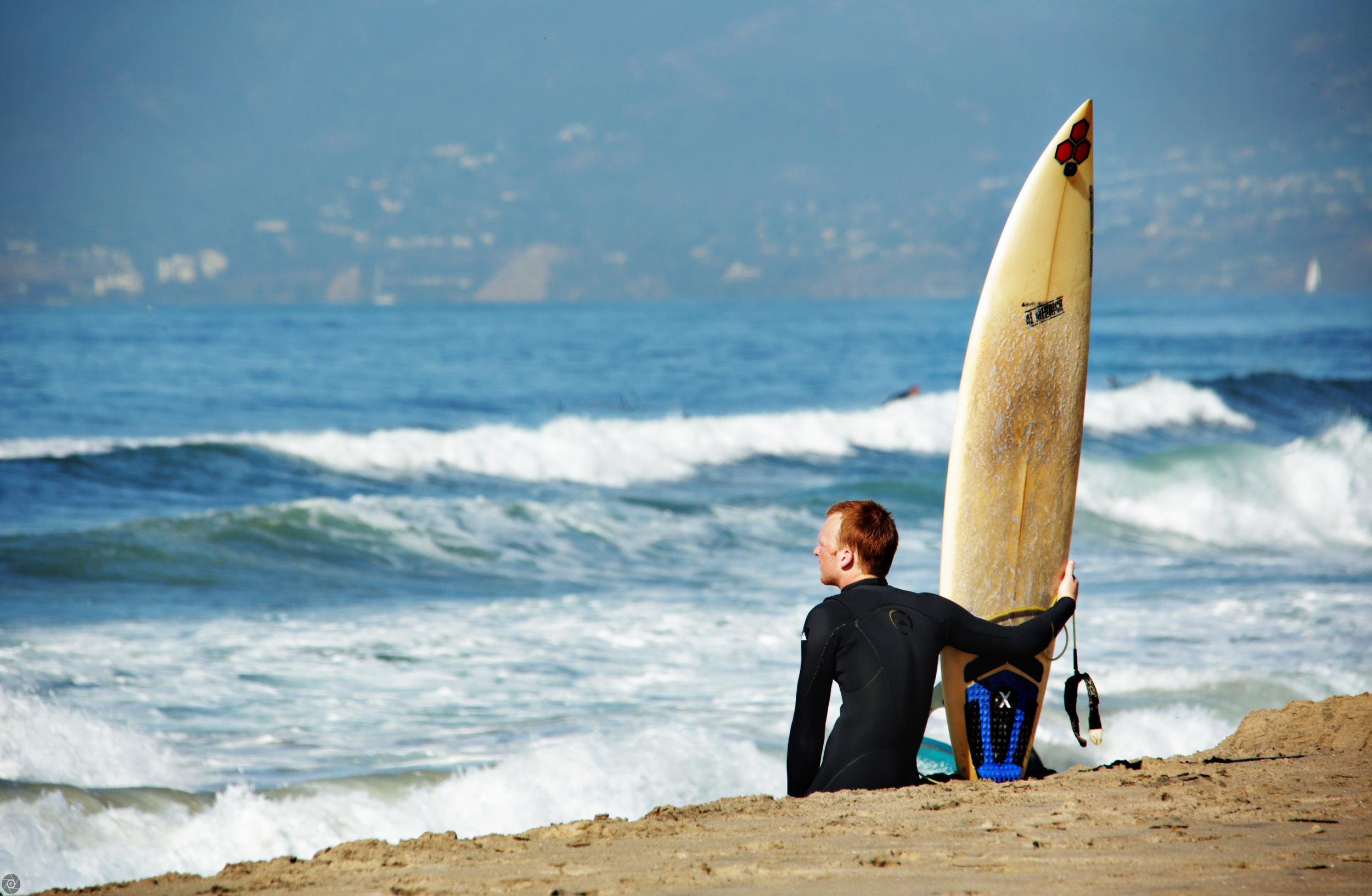 SurferWatchesWavesALMERREK.jpg