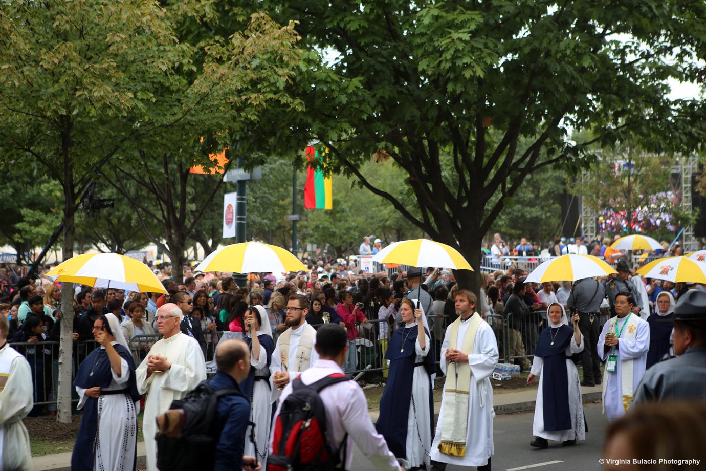Durante la misa, decenas de sacerdotes, obispos y ministros de eucaristía distribuyeron entre la multitud hostias, o pan de comunión.