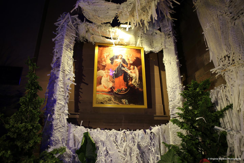 El papa Francisco tiene una devoción por la Virgen Desatanudos. Peregrinos y familias en Filadelfia escribieron mensajes en nudos de papel alrededor de la virgen.