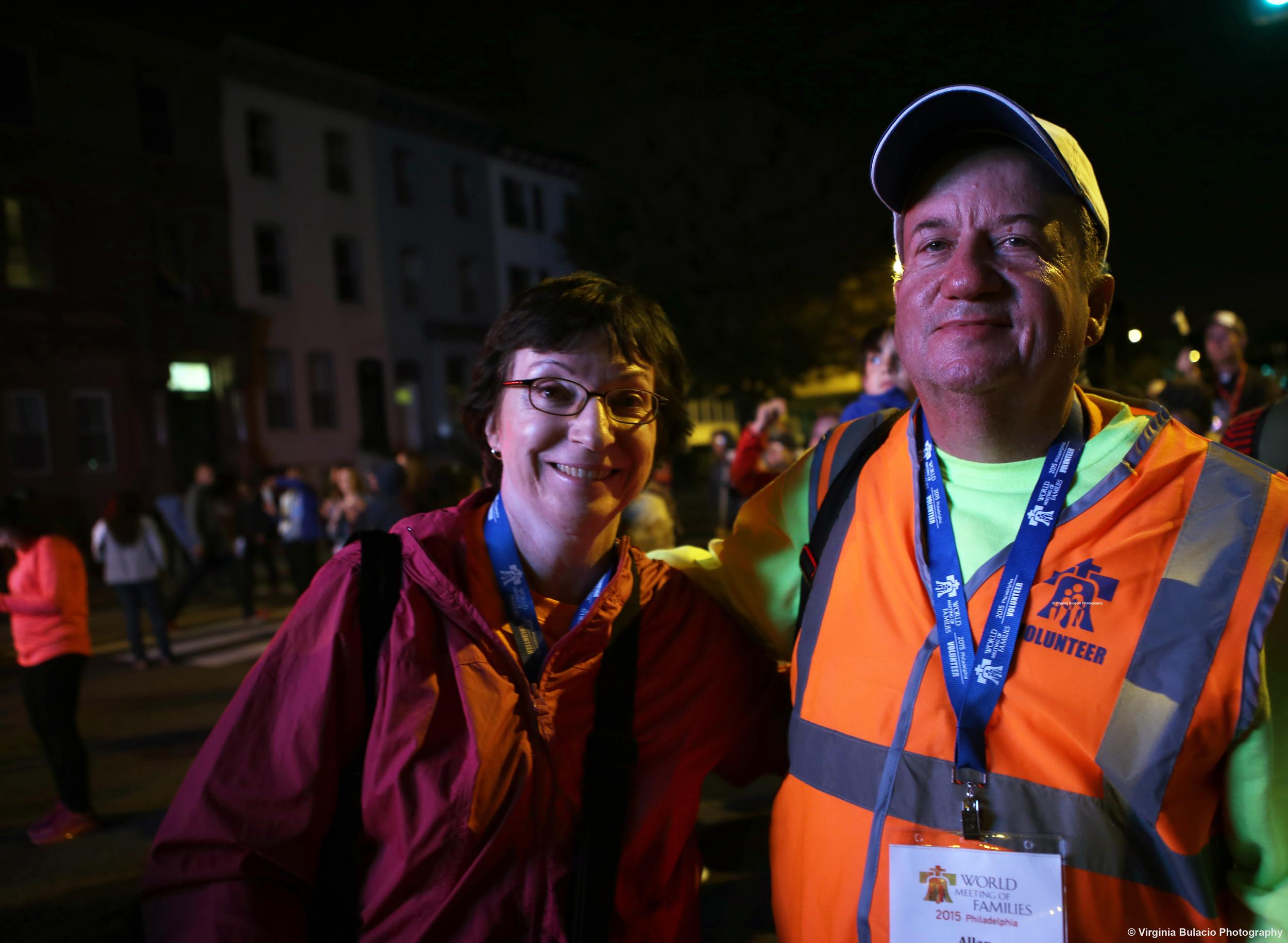 Theresa Casciato (izquierda) y uno de los capitanes de voluntarios Allan Costello, durante el Encuentro Mundial de las Familias en Filadelfia.