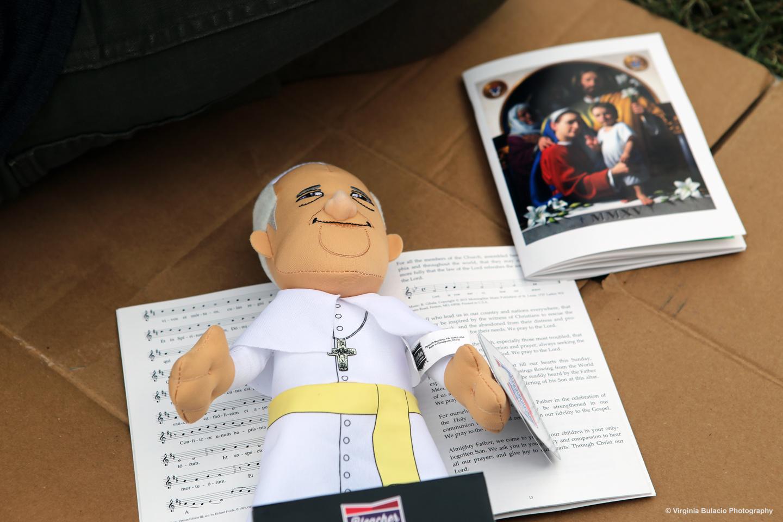 Los voluntarios distribuyeron folletos religiosos durante la clausura del VIII Encuentro Mundial de las Familias en Filadelfia.