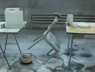 Na zeven minuten valt deze stoel. Mooi beeld toch?