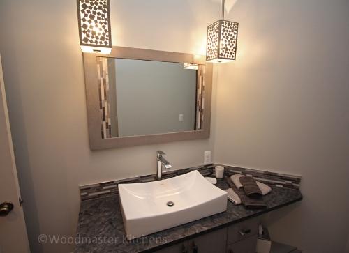 Bathroom design with glamorous lighting fixtures.