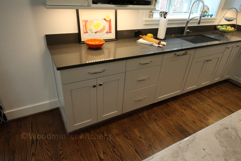 Kitchen sink with pull-down sprayer faucet