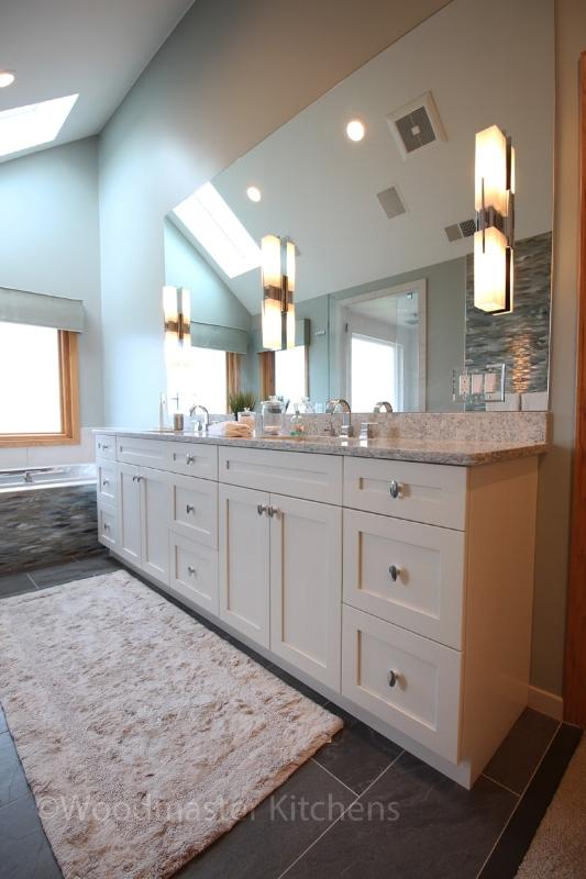 Bathroom design with large mirror