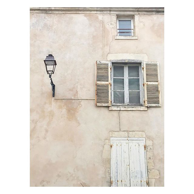 Peeling paint and shabby shutters // heavenly colours and textures in La Rochelle #frenchroadtrip #frenchshutters #frencharchitecture #larochelle #lamp #travelphotography #paintfinish