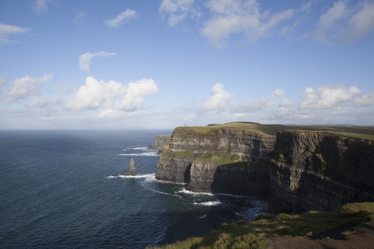 Quite vast and open this continues wellleft of camera. You can hike for about 2.5h around the tourist attraction. The total cliffs distancestretchesfrom around Limerick in the south then up north and eastpast the pointI visited.