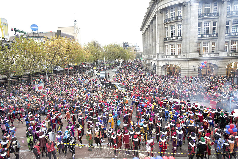 Pics of the 500 people dressed up on Nov 17. This photo is sourced fromhttp://www.sintinamsterdam.nl/kinderen/fotos/ the documentation of the holidays festivities.