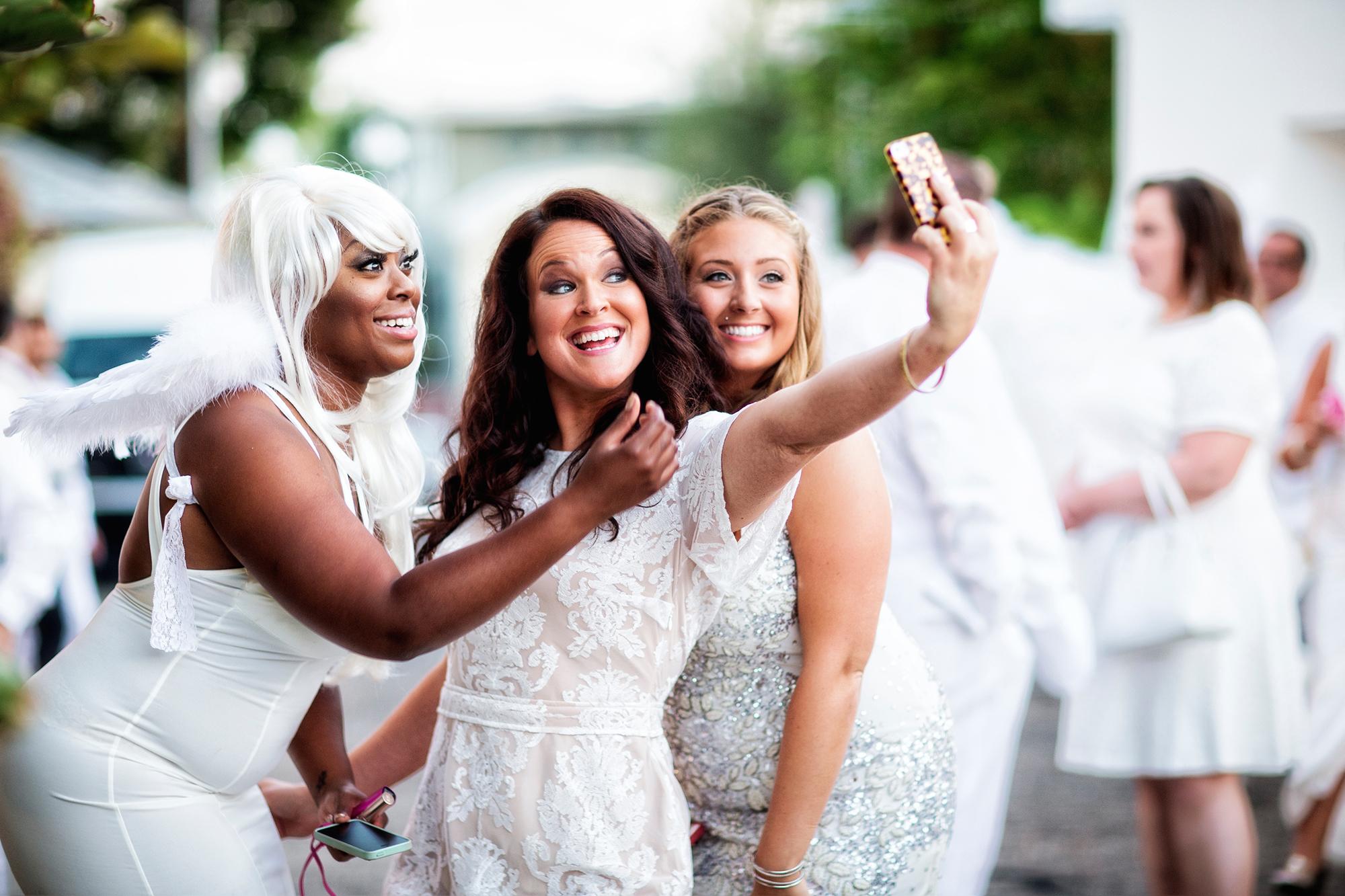 ladies-taking-a-selfie-in-the-hollywood-hills.jpg