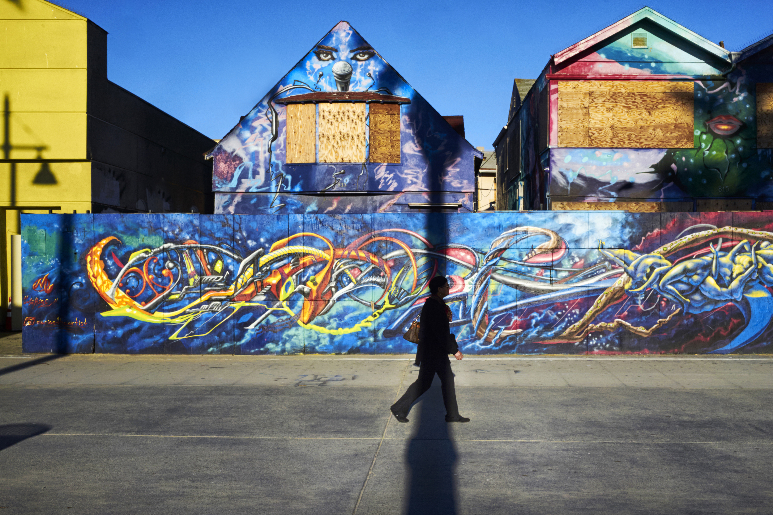 ingonito-man-walks-down-venice-boardwalk.jpg