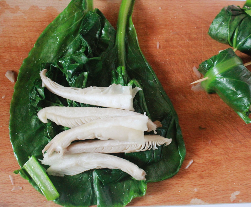 1. On the cabbage leafs place the spinach and the pleurotus spices.