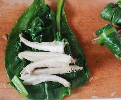 1. Πάνω στα φύλλα λάχανου ή στα τσιμούλια τοποθετείστε τις λωρίδες πλευρώτους