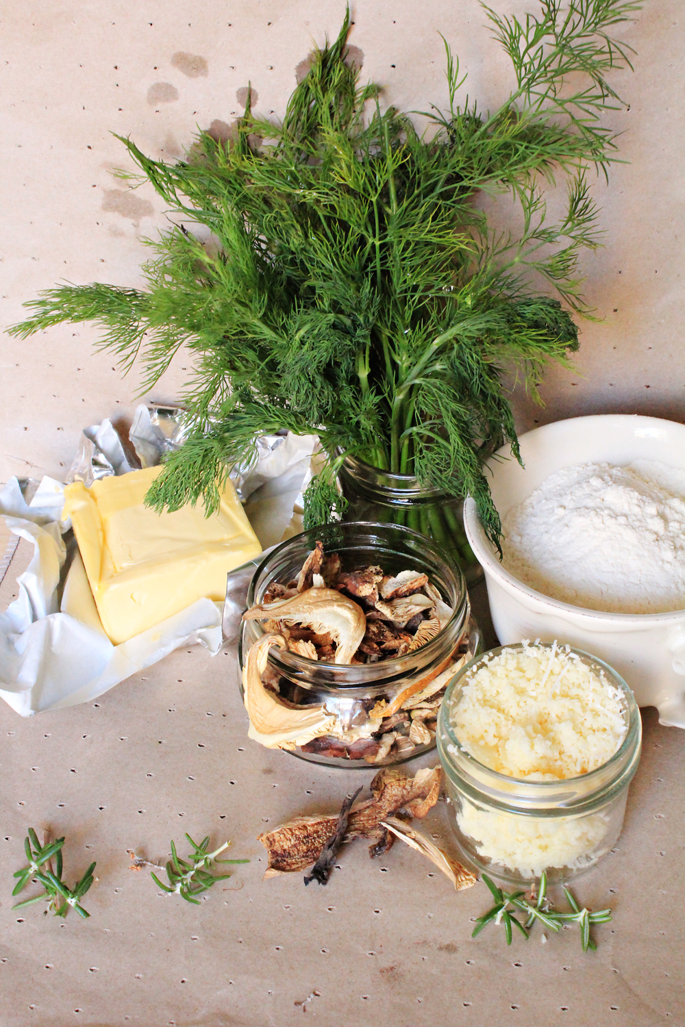 Cheesy Crackers with mushrooms, dill and rosemary - the ingrediants