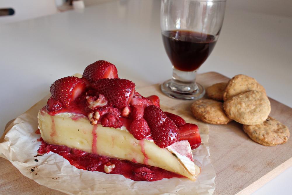 Λιωμένο Τυρί Brie στον φούρνο με επικάλυψη Φράουλες και καρύδια