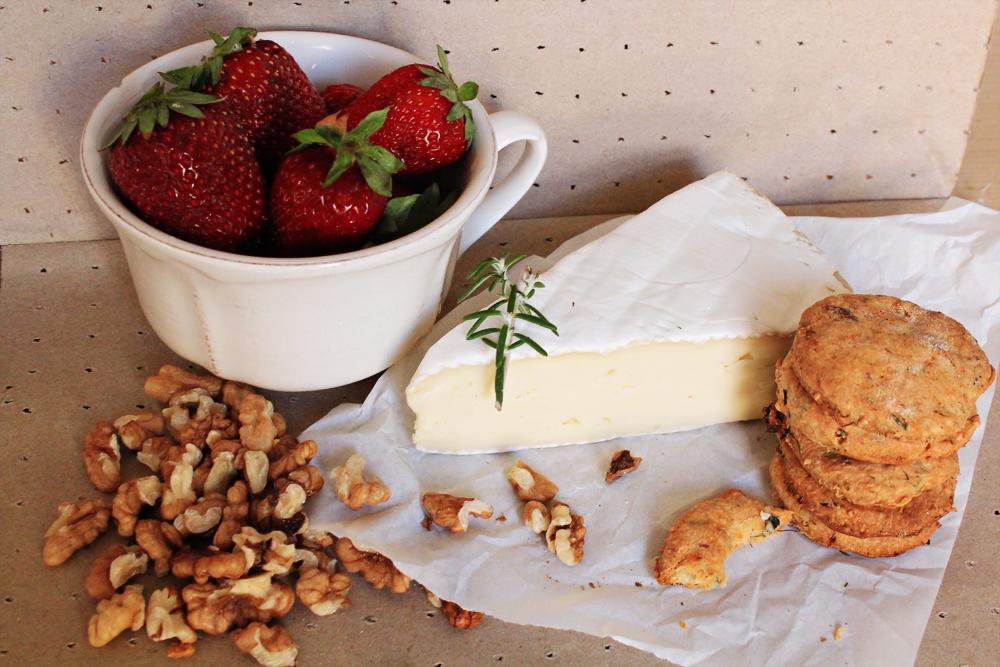 Λιωμένο Τυρί Brie στον φούρνο με επικάλυψη Φράουλες και καρύδια - υλικά