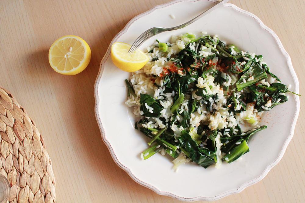 Συνταγή για πιλάφι με κρητικά χόρτα, γιαχνερά