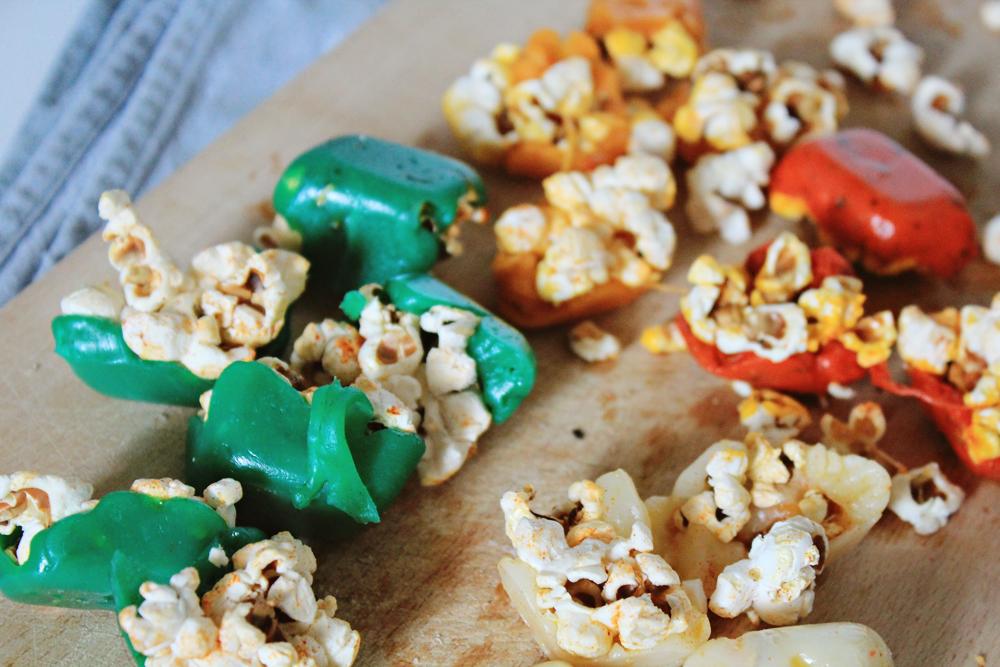 μπουκιές ποπκορν καλυμμένου με διάφορα είδη τυριού