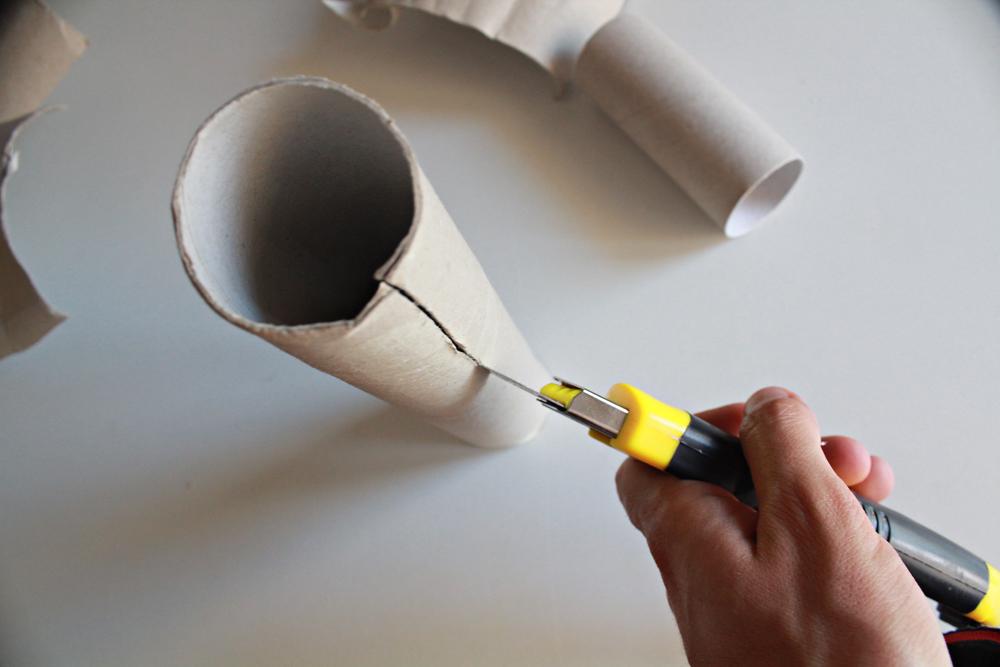 Φτιάξε ένα ανακυκλώσιμο φωτιστικό από ρολά χαρτιού κουζίνας & αλουμινόχαρτο 3.jpg